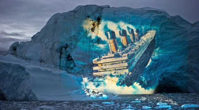 proyección del hundimiento del Titanic sobre un iceberg gigante