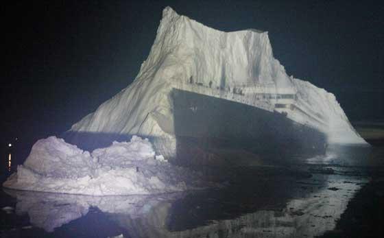 proyección del Titanic sobre un iceberg gigante