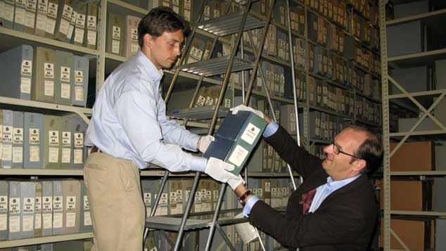 Tim Maltin investigando en archivos