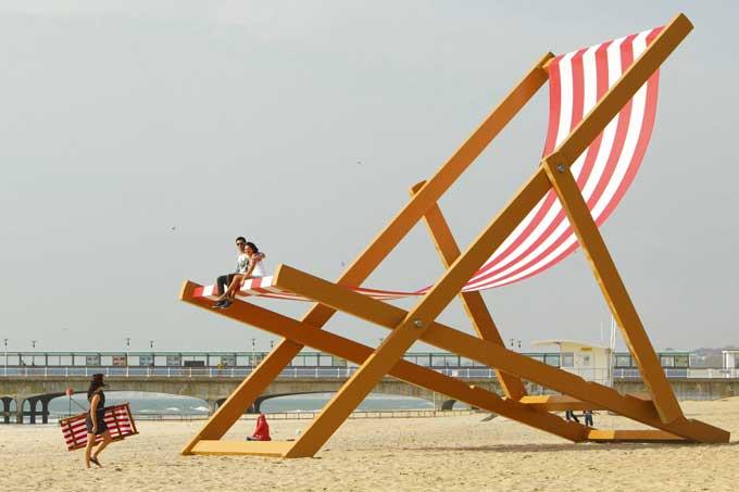 tumbona gigante playa de Bournemouth, Inglaterra
