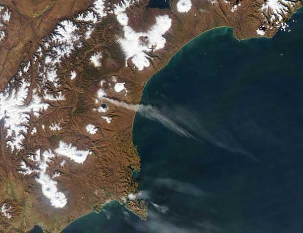 erupción del volcán Karymsky en la Península de Kamchatka