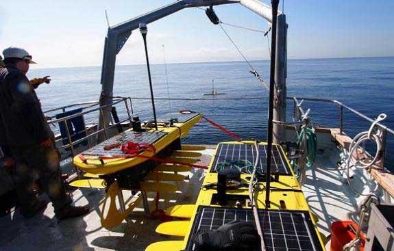 wave gliders en la cubierta de un barco
