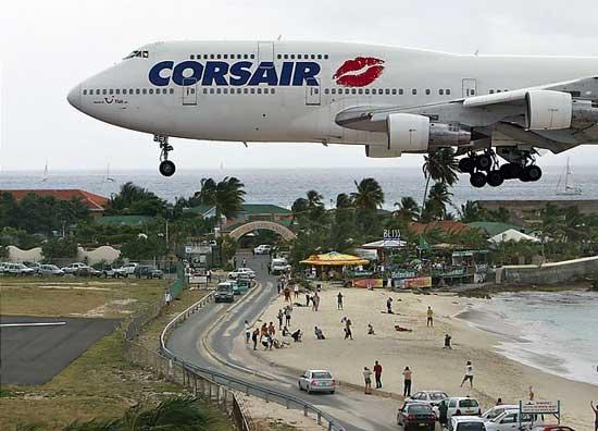 aterrizaje en el aeropuerto internacional Princesa Juliana, junto a la playa