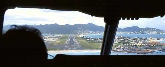 foto desde la cabina de un avión al iniciar el aterrizajeen el aeropuerto internacional Princesa Juliana