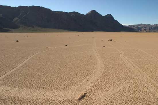 caminos hechos por las rocas en Racetrack playa