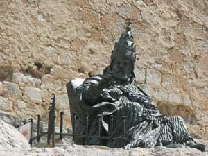 estatua del Papa Luna en el Castillo de Peñíscola