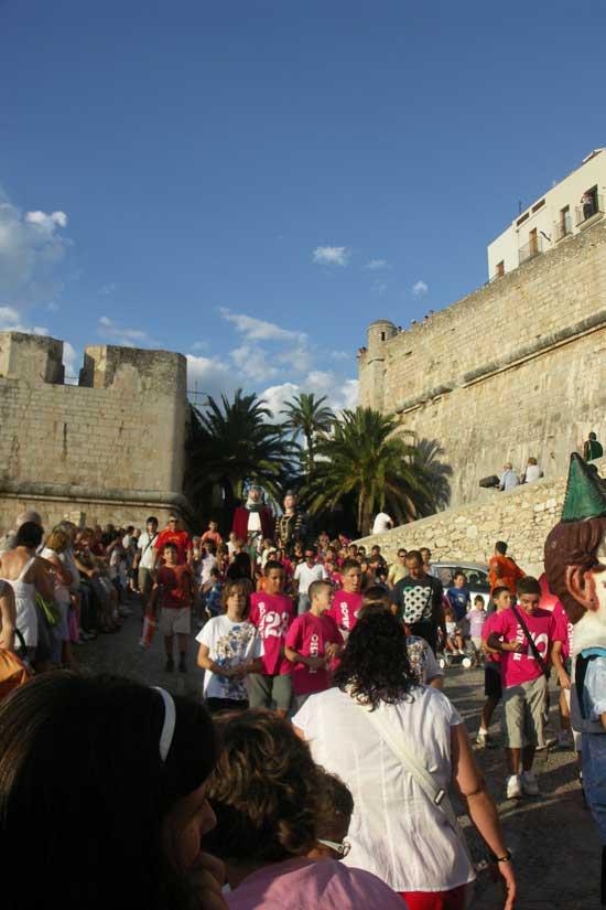 fiestas Peñíscola desfile de gigantes y cabezudos