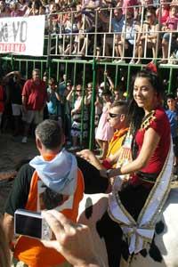 fiestas taurinas en  Peñíscola, reina subida a un manso en la plaza de toros