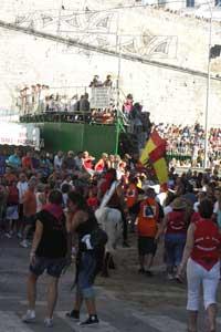 fiestas taurinas de Peñíscola, reina montada en manso entra plaza de toros