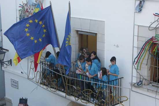 fiestas Peñíscola lanzamiento confeti balcón Ayuntamiento