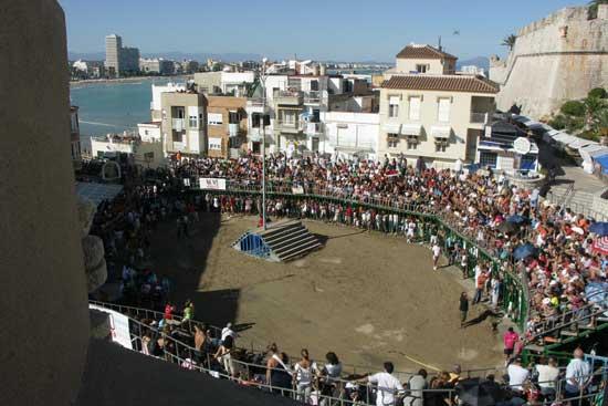 plaza de toros de Peñíscola desde las murallas, al fondo la playa norte
