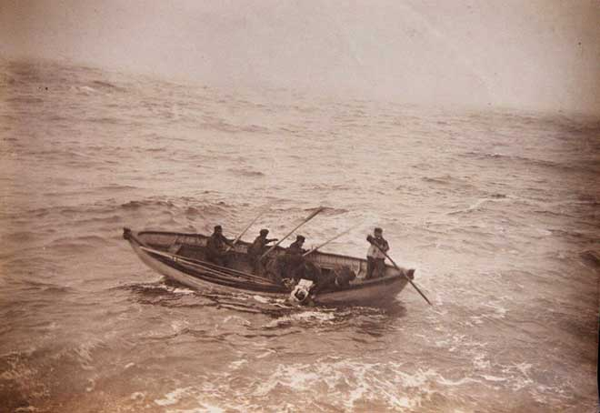 bote salvavidas del Titanic se acerca al Carpathia
