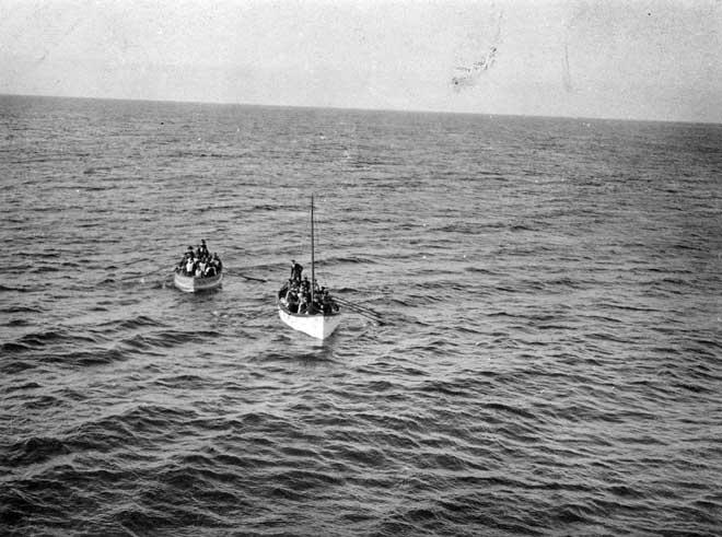 botes salvavidas del Titanic se acercan al Carpathia