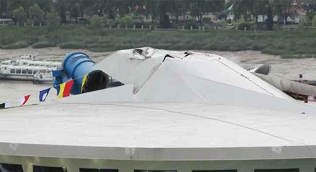 chimenea partida del crucero enganchado en un puente en China