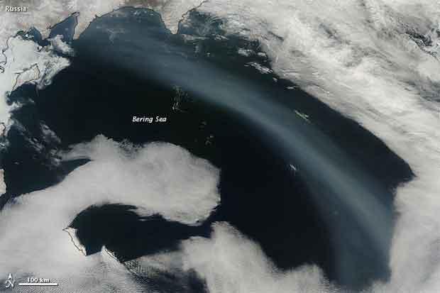 columna de humo cruza el Mar de Bering