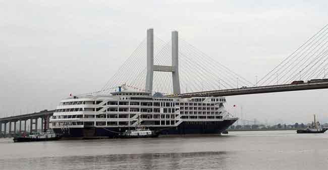 crucero enganchado en un puente en China