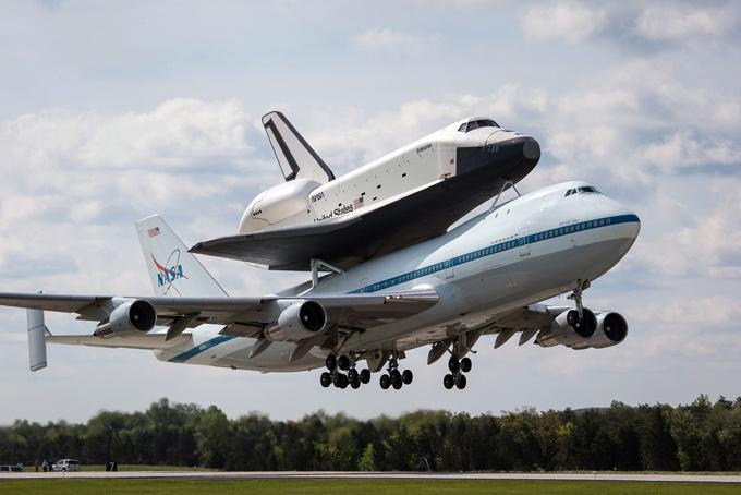 El transbordados espacial Enterprise montado en un SCA