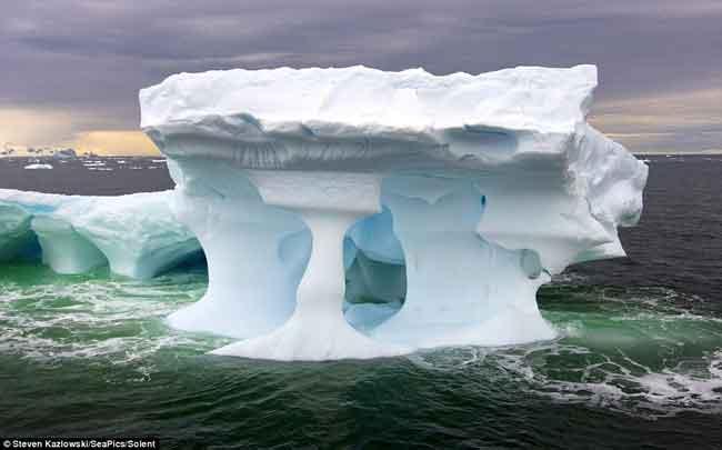 escultura natural hecha en un iceberg gigante de la Antártida