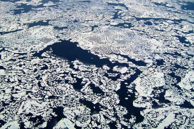 grietas en la capa de hielo del océano Ártico