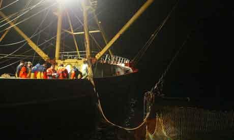 inspectores controlan un barco pesquero de la UE