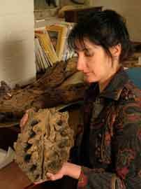 Judyth Sassoon junto a la mandíbula del pliosaurio