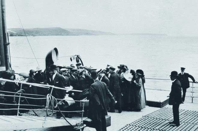 medico de EE.UU. inspecciona los ojos a los pasajeros del Titanic