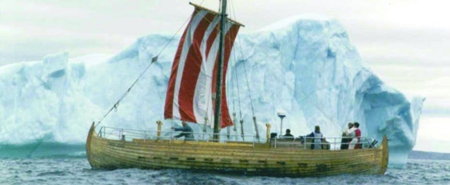 réplica de un barco vikingo junto a un iceberg