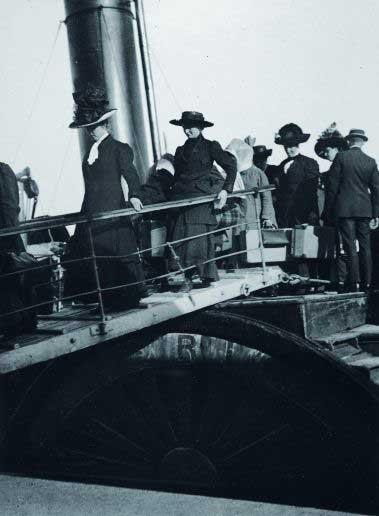 señoras desembarcan del Titanic