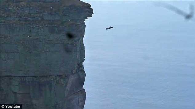 Simon Brentford salta desde el acantilado St John's Head