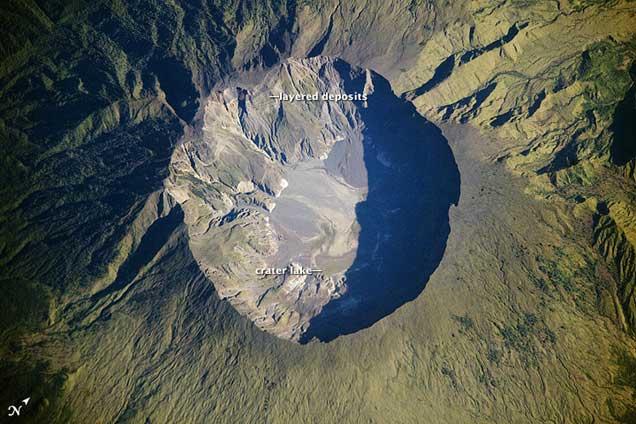 caldera del volcán Tambora desde el espacio