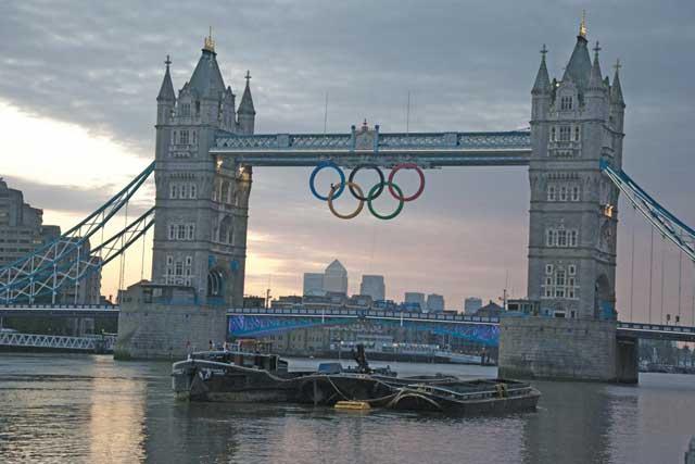 anillos olímpicos en el puente de la Torre de Londres