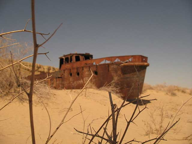 barco oxidado en el desierto de Mo'ynaq