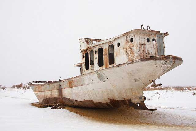barco en el desierto nevado de Mo'ynaq