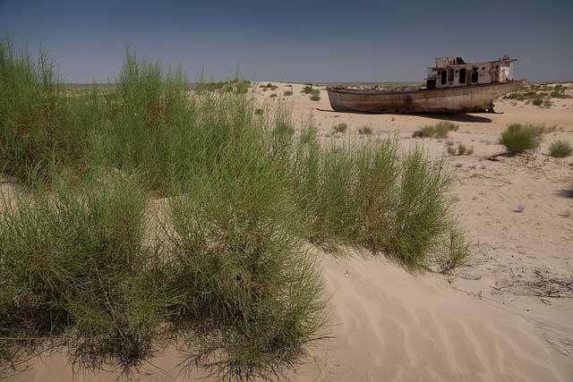 barco oxidado de la ciudad de Mo'ynaq