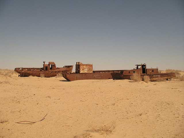 barcos oxidados en la ciudad de Mo'ynaq