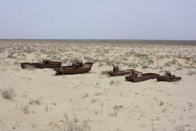 barcos en el desierto de Mo'ynaq