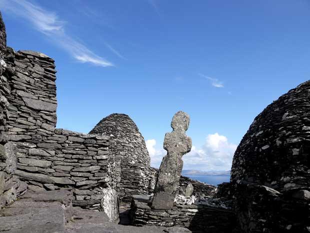 cruz entre las de la isla de Skellig Michael, Irlanda