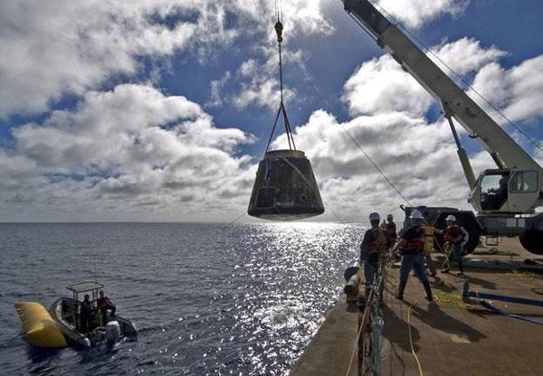 el Dragon de SpaceX recuperado después de amerizar en una prueba