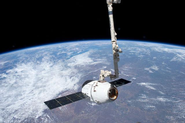 cápsula Dragon de SpaceX acoplada a la ISS