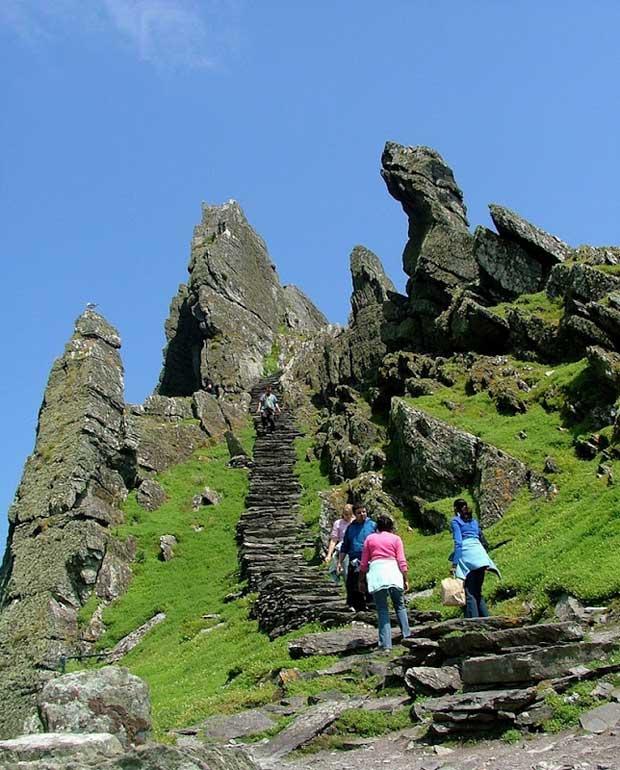 escalera de piedra en la isla de Skellig Michael, Irlanda