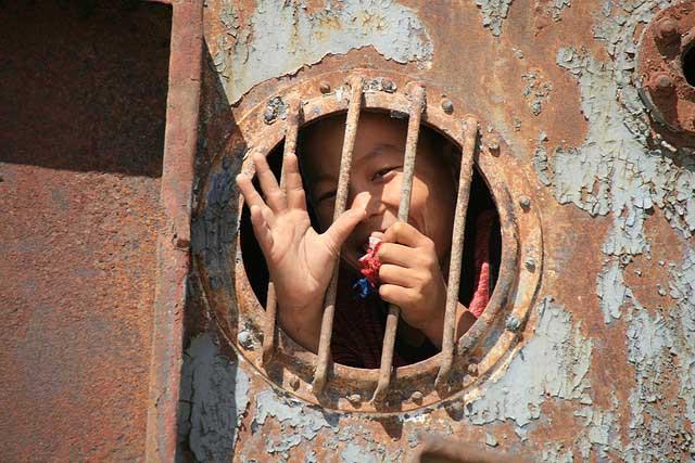 niño juega en un barco oxidado de la ciudad de Mo'ynaq