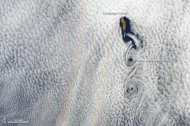 nubes formando gloria sobre el océano Pacífico, Isla de Guadalupe