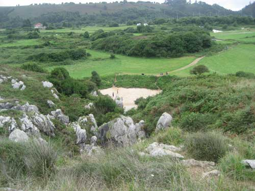 playa de Gulpiyuri, Llanes - Asturias entre los prados