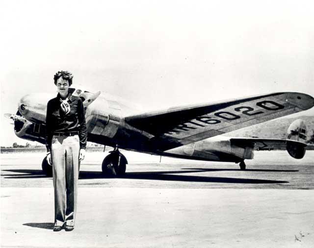 Amelia Earhart y su avión