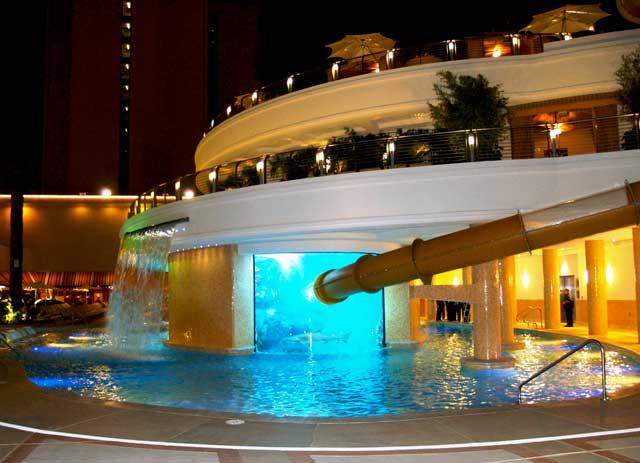 tobogán en la piscina del hotel Golden Nugget, Las Vegas