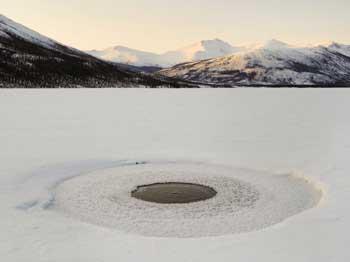 agujero filtra metano de un lago de Alaska