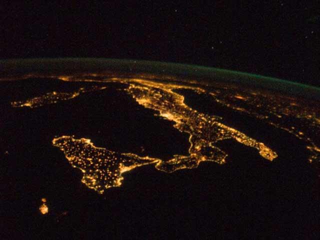 bota italiana iluminada durante la noche desde satélite