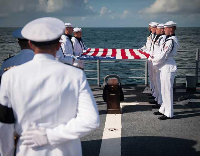 entierro de Neil Armstrongen el mar