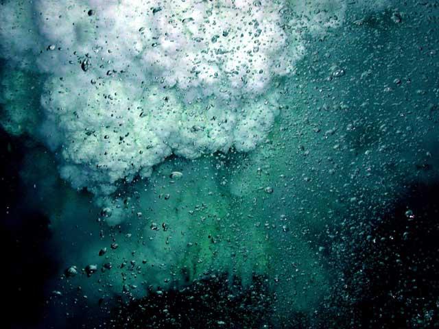 evento de desgasificación en un volcán submarino