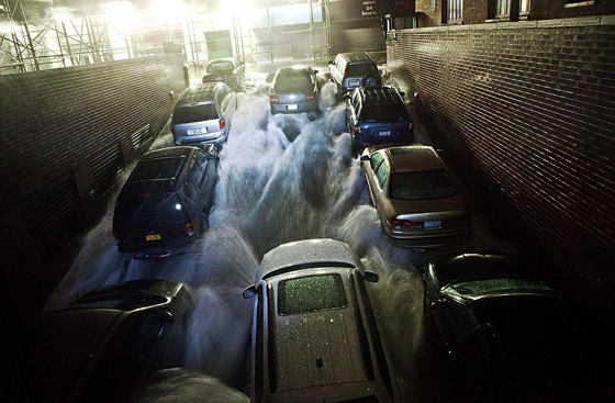 agua inunda un aparcamiento en Brooklyn